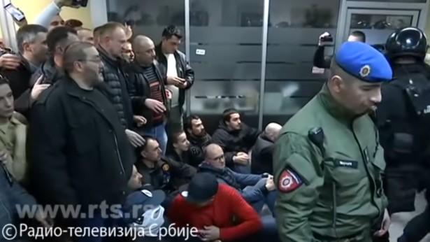 Žandarmerija potiskuje demonstrante iz RTS-a (foto: RTS, Jutjub, skrinšot)